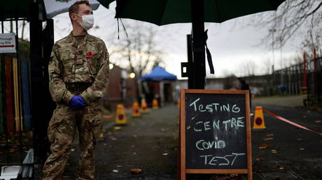 A soldier wearing a protective mask stands at the entrance of a coronavirus testing centre in Liverpool, Britain November 11, 2020 © Reuters / Carl Recine