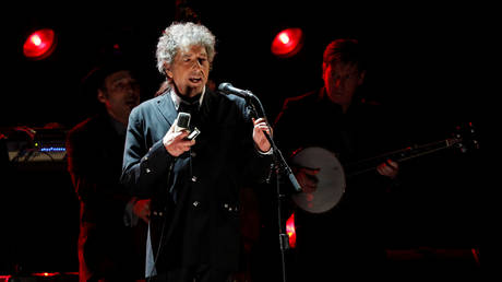 Bob Dylan DIED, MSNBC & Australian TV show say... & then have to apologize for mistake