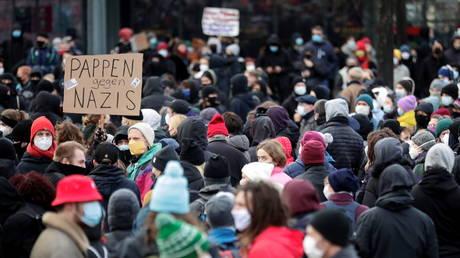 People protest against a demonstration of coronavirus skeptics in Leipzig, Germany, November 21, 2020 © Reuters / Hannibal Hanschke