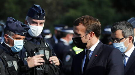French President Emmanuel Macron speaks to officers at Le Perthus, France (FILE PHOTO) © Pool via REUTERS/Guillaume Horcajuelo