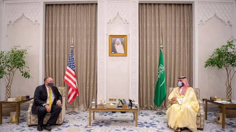 US Secretary of State Mike Pompeo meets with Saudi Crown Prince Mohammed bin Salman in Riyadh on November 22, 2020. © Bandar Algaloud/Courtesy of Saudi Royal Court/Handout via REUTERS