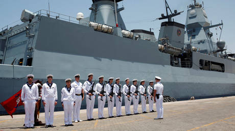 German Navy personnel stand in front of the Frigate Hamburg. © Reuters / Ahmed Jadallah / File Photo
