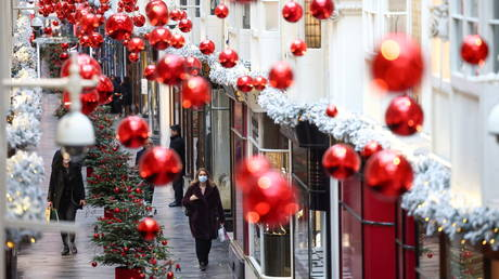 FILE PHOTO: People walk through the Burlington Arcade adorned with Christmas decorations, London, Britain. © REUTERS / Henry Nicholls