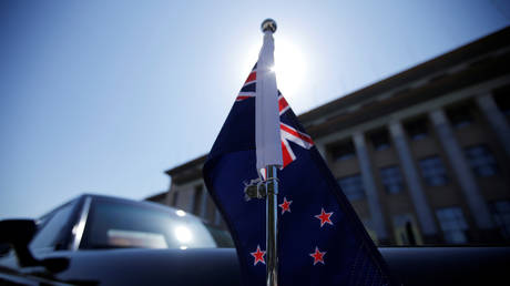 A state car with a New Zealand flag (FILE PHOTO) © REUTERS/Jason Lee
