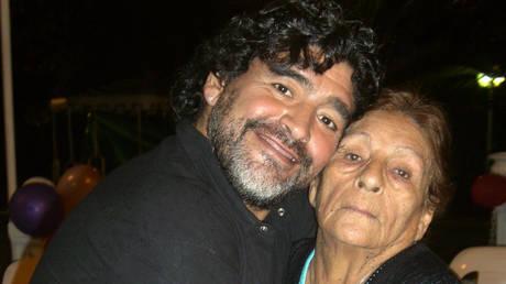 Diego Maradona with his mother © AFP / HO
