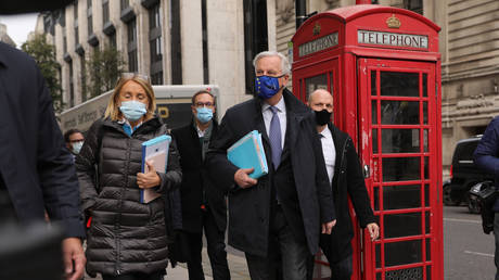 FILE PHOTO: EU chief Brexit negotiator Michel Barnier (C) and members of the EU delegation head for trade talks with Britain in London on November 11, 2020. © Tim Ireland / Xinhua