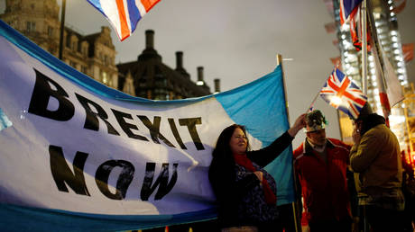 A woman waves a British flag on Brexit day in London, Britain January 31, 2020. © Reuters / Henry Nicholls