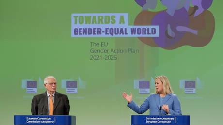 Le chef de la politique étrangère de l'Union européenne, Josep Borrell, et la commissaire européenne en charge des partenariats internationaux, Jutta Urpilainen, arrivent pour une conférence de presse sur le plan d'action de l'UE sur l'égalité des genres et l'autonomisation des femmes dans les relations extérieures.  © Piscine via REUTERS / Stephanie Lecocq
