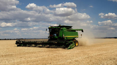 FILE PHOTO: Barley crop being harvested in the central west of New South Wales, Australia © AFP / Greg Wood