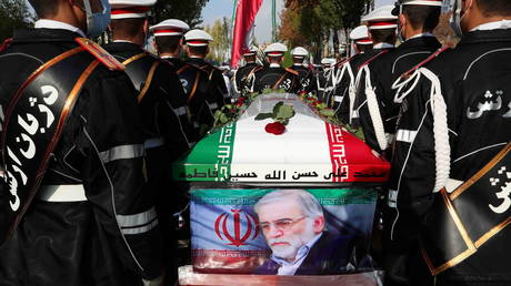 Members of Iranian forces carry the coffin of Iranian nuclear scientist Mohsen Fakhrizadeh during a funeral ceremony in Tehran. © Reuters / Iranian Defense Ministry