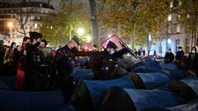 French police DEMOLISH protest camp, after 450 migrants pitch their tents in center of Paris (VIDEOS)