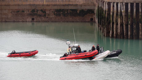FILE PHOTO: Border Patrol agents take dinghies into Dover harbour, after migrants tried to cross the channel, in Dover, Britain. © REUTERS / Matthew Childs