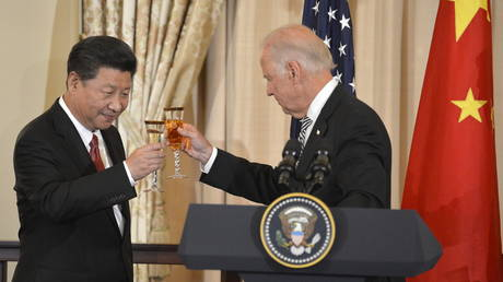 FILE PHOTO: Xi Jinping (L) and Joe Biden raise their glasses in a toast during a luncheon at the State Department, in Washington, September 25, 2015