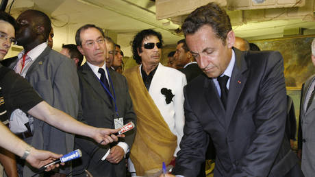 FILE PHOTO: Former French President Sarkozy and former Elysee General Secretary, Claude Gueant, with Libyan President Muammar Gaddafi ©