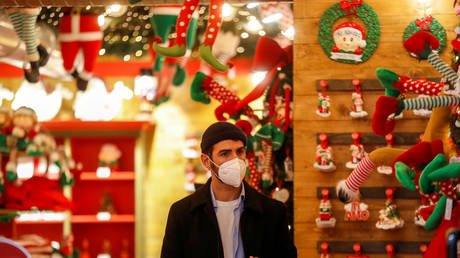 A man wearing a protective mask inside a shop in Rome, Italy on December 2, 2020 © REUTERS/Yara Nardi