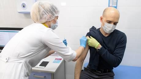 A man gets vaccinated in Moscow. December 5, 2020. © Ilya Pitalev / Sputnik