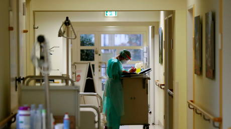 A nurse checks medical files at a hospital in Berlin. November 2020. © Reuters / Fabrizio Bensch