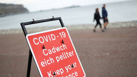FILE PHOTO: A social distancing sign in Llandudno, Wales on October 19, 2020 © REUTERS/Carl Recine