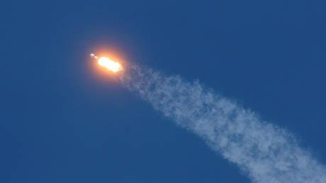SpaceX rocket carrying Starlink satellites © Reuters / Joe Skipper