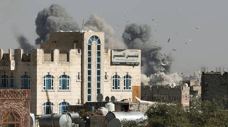 Smoke billows from the sites of Saudi-led air strikes in Sanaa. © Reuters / Khaled Abdullah