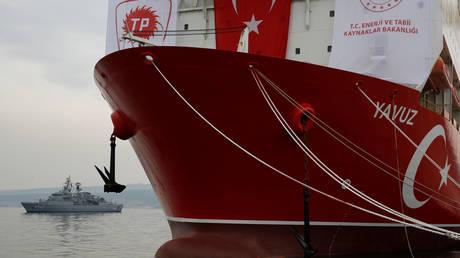 Turkish Navy frigate TCG Fatih is seen next to drilling vessel Yavuz at Dilovasi port in the western city of Kocaeli, Turkey, June 20, 2019. © Reuters / Murad Sezer