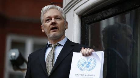 Julian Assange makes a speech from the balcony of the Ecuadorian Embassy, in London, UK, February 5, 2016 © Reuters / Peter Nicholls