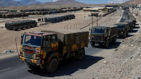 Military trucks carrying supplies move towards forward areas in the Ladakh region, September 15, 2020. © Reuters / Danish Siddiqui