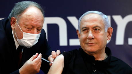 Israeli Prime Minister Minister Benjamin Netanyahu receives a coronavirus vaccine at the Sheba Medical Center. © Reuters / Amir Cohen