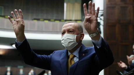 Turkish President Recep Tayyip Erdogan greets members of his ruling AK Party during a meeting at the parliament in Ankara, Turkey, December 23, 2020. © Reuters / Murat Cetinmuhurdar / Presidential Press Office
