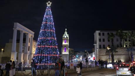 Une vue de l'arbre de Noël dans le centre de la ville côtière méditerranéenne d'Israël de Jaffa après une cérémonie d'allumage, pendant la pandémie de coronavirus COVID-19.  © AFP / JACK GUEZ