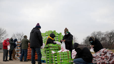 Volunteers from Forgotten Harvest food bank sort and separate different goods before a mobile pantry distribution ahead of Christmas, in Warren, Michigan, U.S., December 21, 2020. © REUTERS/Emily Elconin