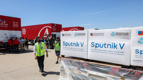 Shipping containers with Sputnik V vaccine at Ezeiza international airport outside Buenos Aires, Argentina, December 24, 2020. © AFP / Argentina's Presidency Press Office / Esteban Collazo
