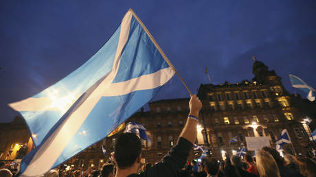 Saltire flags fly in Glasgow (FILE PHOTO) ©  REUTERS/Paul Hackett