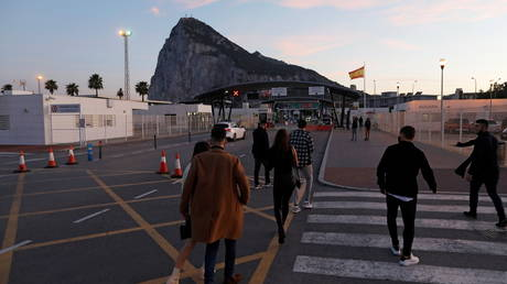 Gibraltarian citizens cross the country's border from Spanish side, December 24, 2020 © Reuters / Jon Nazca