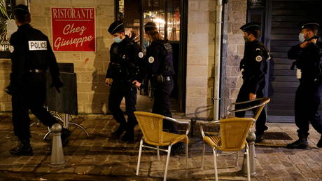 French police officers patrol in the streets of Lille during the late-night curfew. © Reuters / Pascal Rossignol