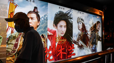 FILE PHOTO: A poster of the Disney movie 'Mulan' at a bus stop in Beijing © AFP / Greg Baker