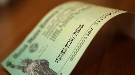 FILE PHOTO: One of the stimulus checks mailed to Americans in April 2020 © AFP / Chip Somodevilla