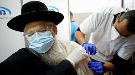 An ultra-Orthodox Jewish man receives a vaccination against the coronavirus disease in Ashdod, Israel. © Reuters / Amir Cohen