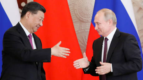 FILE PHOTO: Russian President Vladimir Putin and his Chinese counterpart Xi Jinping shake hands during a meeting in Moscow. © Reuters / Evgenia Novozhenina