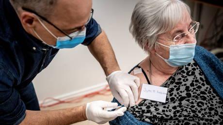 Un retraité au Danemark reçoit le vaccin contre le coronavirus Pfizer-BioNTech, 27 décembre 2020