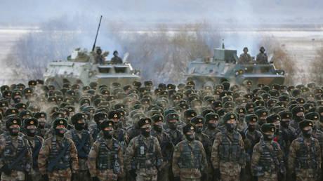Des soldats de l'Armée populaire de libération chinoise lors d'un exercice à Kashgar, en Chine, le 4 janvier 2021. © STR / AFP
