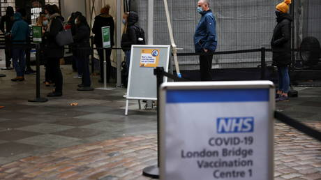 People queue at London Bridge Vaccination Centre, amid the coronavirus disease (COVID-19) outbreak, in London, Britain, January 5, 2021 © REUTERS/Henry Nicholls