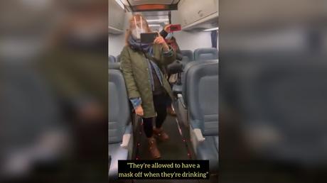 Deux femmes, dont la journaliste du Huffington Post Sandi Bachom, affrontent des hommes dans un train pour ne pas avoir porté de masque en buvant du café.