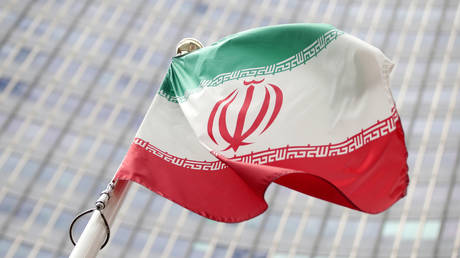 The Iranian flag flutters in front the International Atomic Energy Agency (IAEA) headquarters in Vienna, Austria (FILE PHOTO) © REUTERS/Lisi Niesner