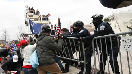 Des partisans de Trump affrontent la police au Capitole américain à Washington, DC, le 6 janvier 2021.