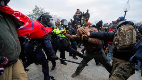 PHOTO DE DOSSIER: Les forces de l'ordre bagarrent les partisans du président américain Donald Trump qui tentent d'entrer dans le Capitole américain.  © REUTERS / Jim Bourg
