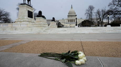 Flowers are placed near the US Capitol in tribute to Capitol Police Officer Brian Sicknick. © Reuters / Carlos Barria