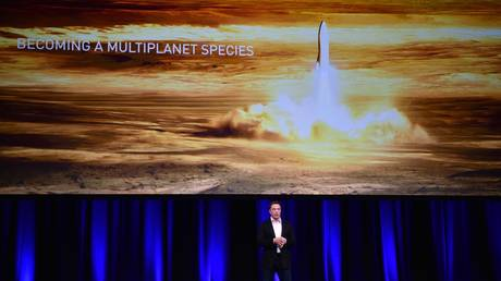 FILE PHOTO: SpaceX and Tesla founder Elon Musk speaks at the 68th International Astronautical Congres © AFP / Peter Parks