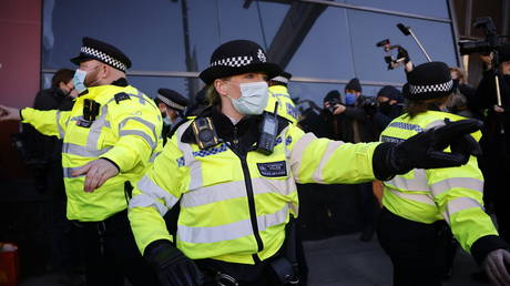 Police officers disperse anti-lockdown protest in London, January 9, 2021. © AFP / Tolga Akmen