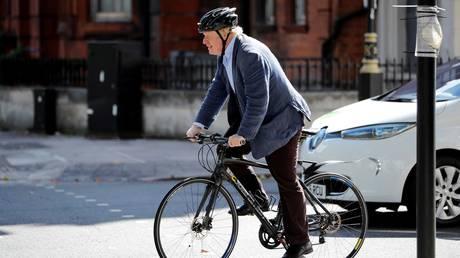 FILE PHOTO: Boris Johnson fait du vélo à Londres, 2018. © Tolga Akmen / AFP